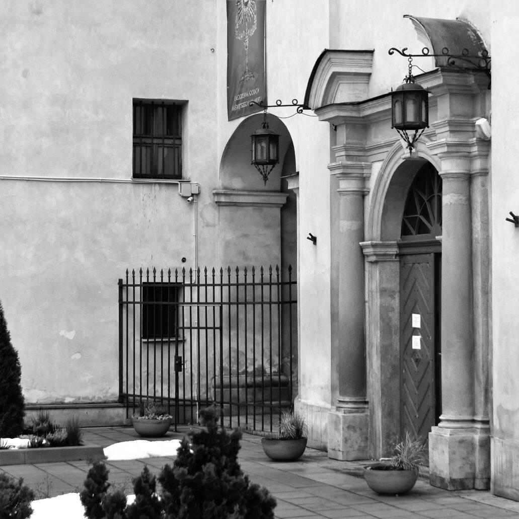 Kraków, ul. Poselska. Barokowy portal głównego wejścia do kościoła Bernardynek. Fot. Jerzy S. Majewski