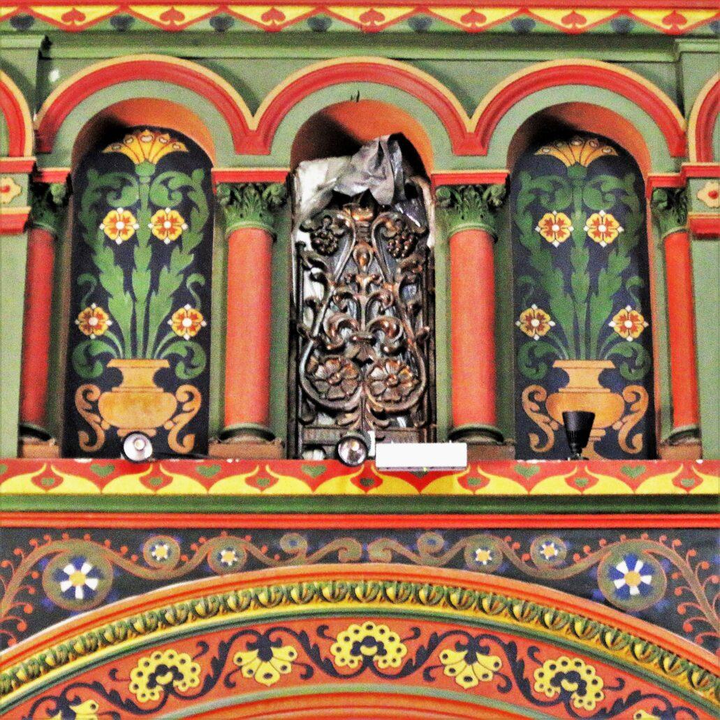"""Sosnowiec. Katedra Wniebowzięcia NMP. Polichromia. Ślepe triforia. Jak pisała Daniela Sawicka-Oleksy """"ślepe triforia (ściany nawy środkowej powstały w klasycznym układzie katedralnym) wykorzystane zostały w celu pokazania kompozycji kwiatowych, wzorowanych na zdobnictwie skrzyń ludowych. Tetmajer konsekwentnie wprowadzał w czyn złożoną wcześniej na temat sosnowieckich polichromii deklarację, że polichromia ma mieć barwę prastarej skrzyni krakowskiej"""" – czytamy. Fot. Jerzy S. Majewski"""