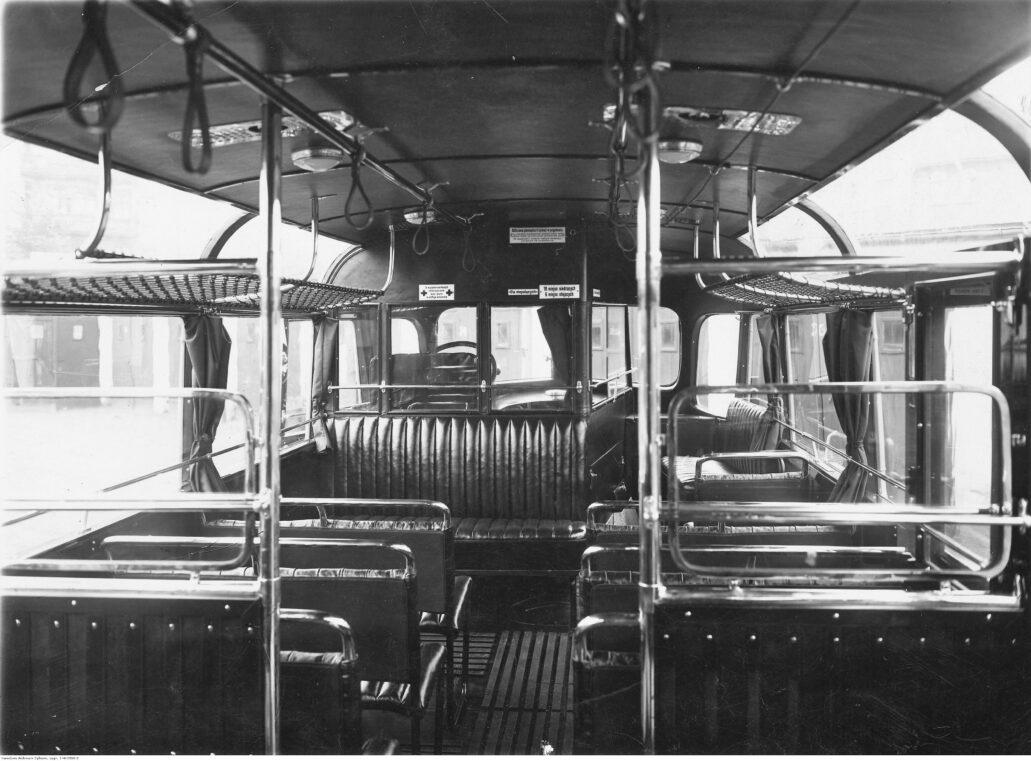 Wnętrze autobusu Leyland Śląskich Linii Autobusowych. Kabina kierowcy była zabudowana i oddzielona od pasażerów. Fot. Zakład fotograficzny Foto-Express-Majewski Poznań, Narodowe Archiwum Cyfrowe