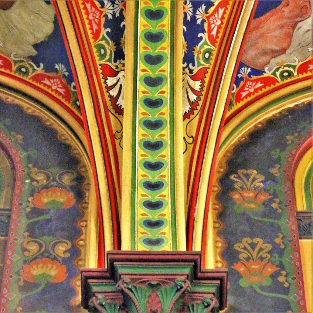 Sosnowiec. Katedra Wniebowzięcia NMP. Fragment polichromii ze stylizowanym, bardzo krakowskim i bardzo młodopolskim motywem oka z pawiego pióra. Ornamentyka pokrywająca wnętrze kościoła czerpie z obfitego arsenału motywów ludowych. To ona sprawia wrażenie, że wnętrze pokryte jest barwnymi dywanami. Fot. Jerzy S. Majewski