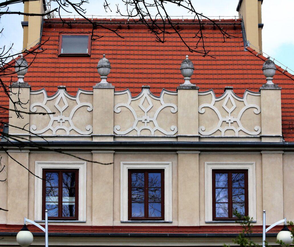 Radziwiłłów. Dworzec kolejowy. Pełne ekspresji, stylizowane attyki grzebieniowe umieszczone zostały w fasadzie oraz elewacji od strony peronu. Fot. Jerzy S. Majewski