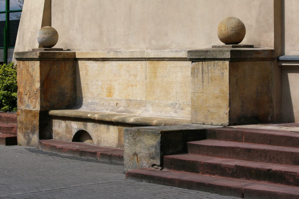 Radziwiłłów. Dworzec kolejowy. Rozwiązaniami pełnymi uroku są kamienne ławy przyklejone do fasady budynku. Piękne, choć w naszym klimacie średnio użyteczne. Fot. Jerzy S. Majewski