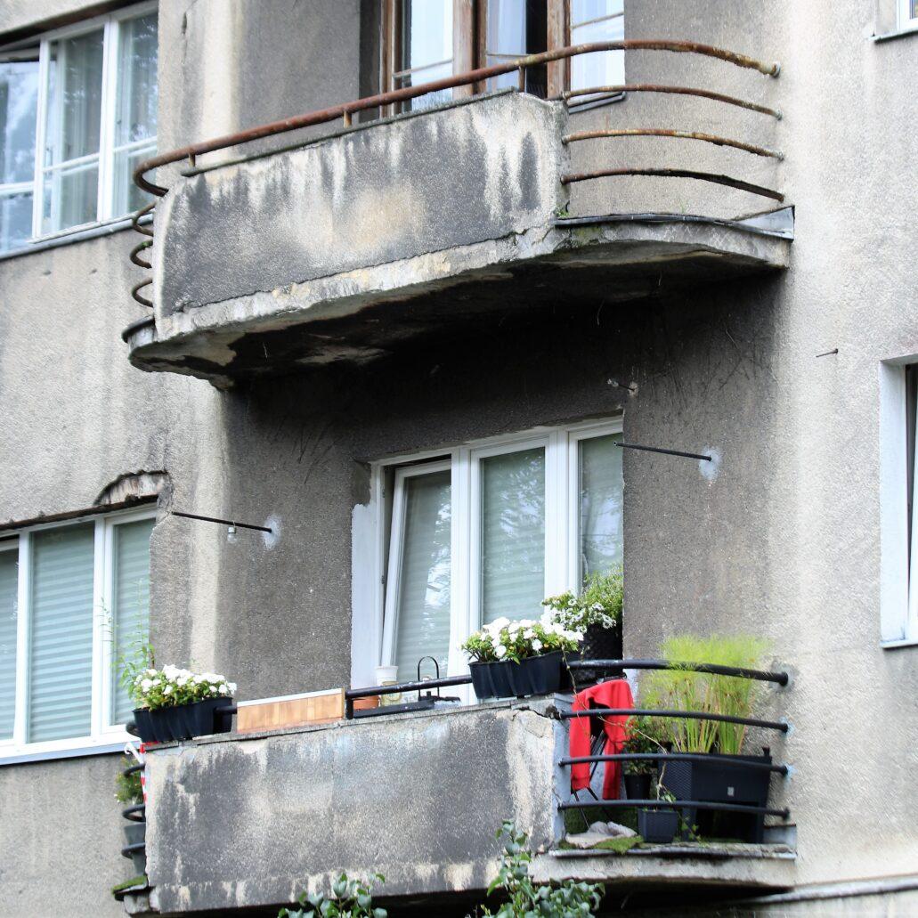Warszawa. Narbutta 8. W nowszej części balkony mają zaokrąglenia po obydwu stronach. Fot. Jerzy S. Majewski