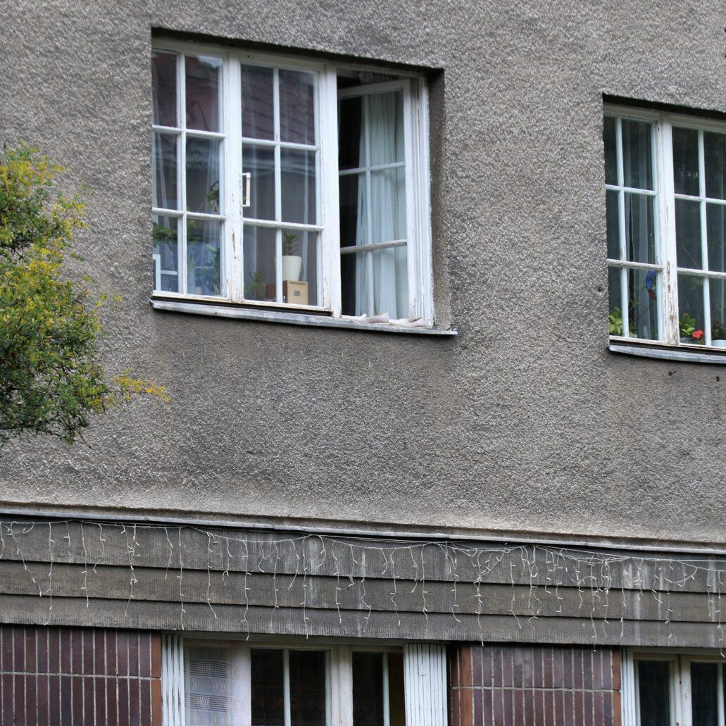Warszawa. Narbutta 8. Stolarka zachowana w kilku oknach od ulicy o drobnych podziałach jest powojenna, albo pochodzi z czasów okupacji, gdy po oblężeniu wybite były szyby w milionach okien i trudno było w mieście zdobyć duże tafle szkła. Fot. Jerzy S. Majewski