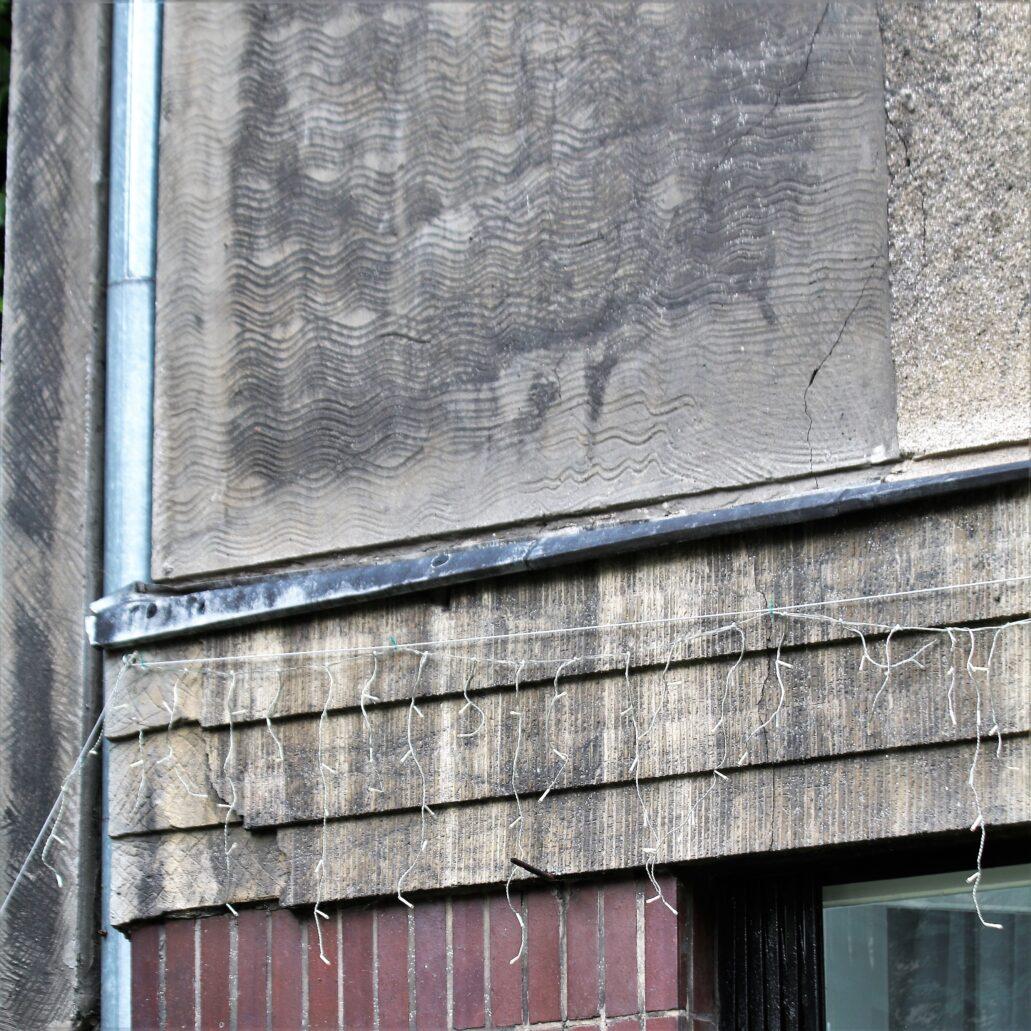 Warszawa. Narbutta 8. Fragment przygotowanej do otynkowania ściany w nowszej części budynku. Fot. Jerzy S. Majewski