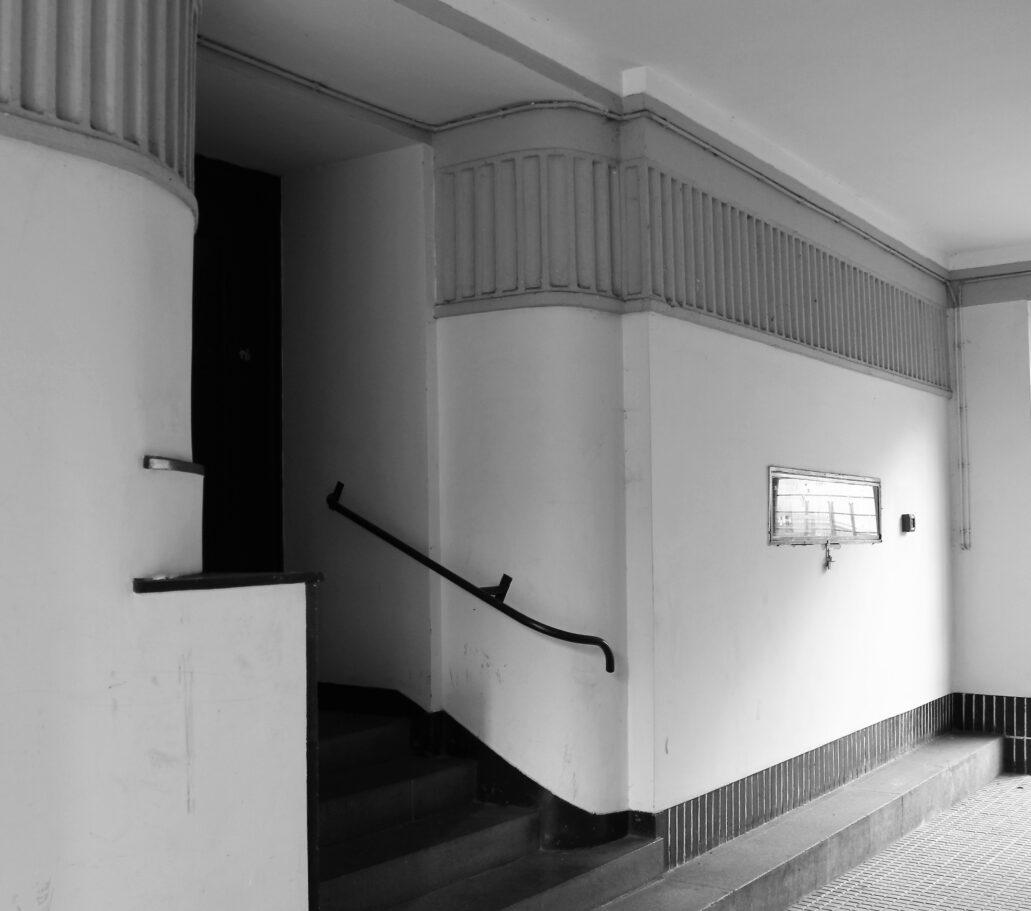 Warszawa. Narbutta 8. Wnętrze przejazdu bramnego przed remontem. Zdjęcie z 2014 r. Fot. Jerzy S. Majewski