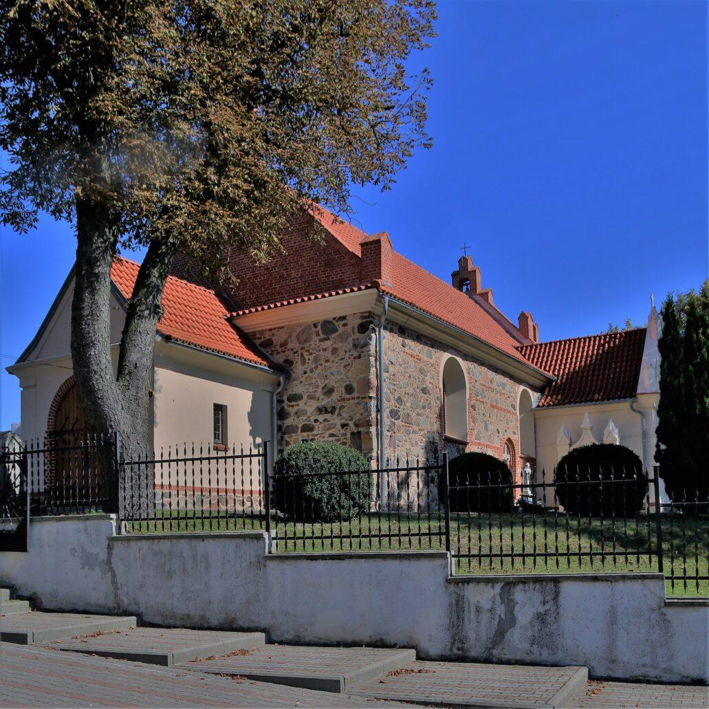Błędowo koło Grudziądza. Kościół św. Michała Archanioła. Świątynia powstała już w początku XIV wieku. Niestety przed blisko stu laty spłonęła i odbudowana została po roku 1923. Nową budowlę wzniesiono wówczas na zachowanych, gotyckich fundamentach. Fot. Jerzy S. Majewski